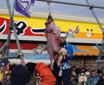 糸魚川荒波あんこう祭り あんこう吊るし切り実演 きも