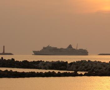 夕日と佐渡汽船