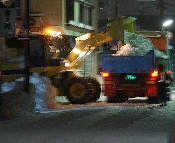 新潟の大雪2010 除雪 ダンプ積み込み