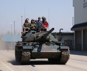 高田駐屯地記念行事 体験試乗74戦車