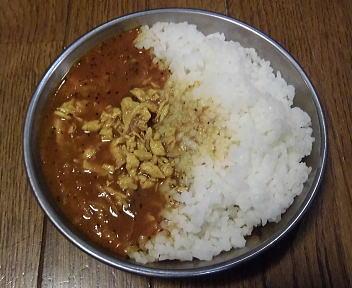 登山食試食 サタケ白米+アマノフーズ薫るチキンカレー 盛り付け