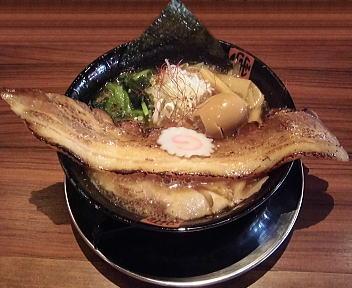 肉ばか らーめん(薄切りチャーシュー)+ちょい長チャーシュー(厚切り)+味玉