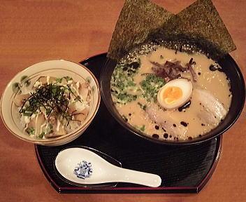 伝丸 ラーメン(黒・細めん)とチャーシュー丼のセット