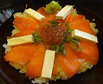 丼どん亭 サーモンチーズ丼 アップ